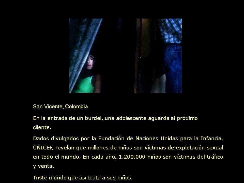 San Vicente, Colombia En la entrada de un burdel, una adolescente aguarda al próximo cliente.