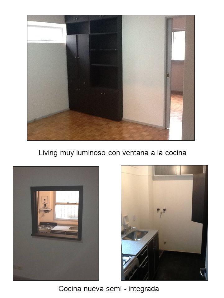 Living muy luminoso con ventana a la cocina