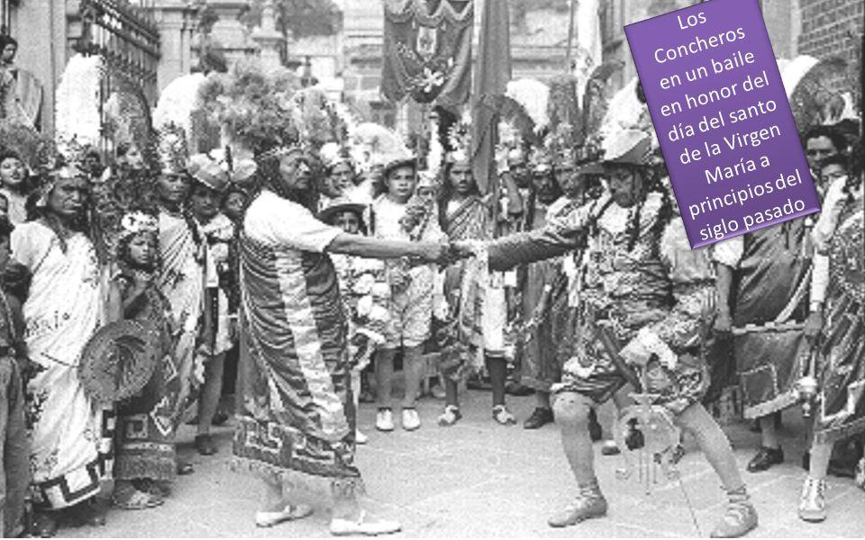 Los Concheros en un baile en honor del día del santo de la Virgen María a principios del siglo pasado