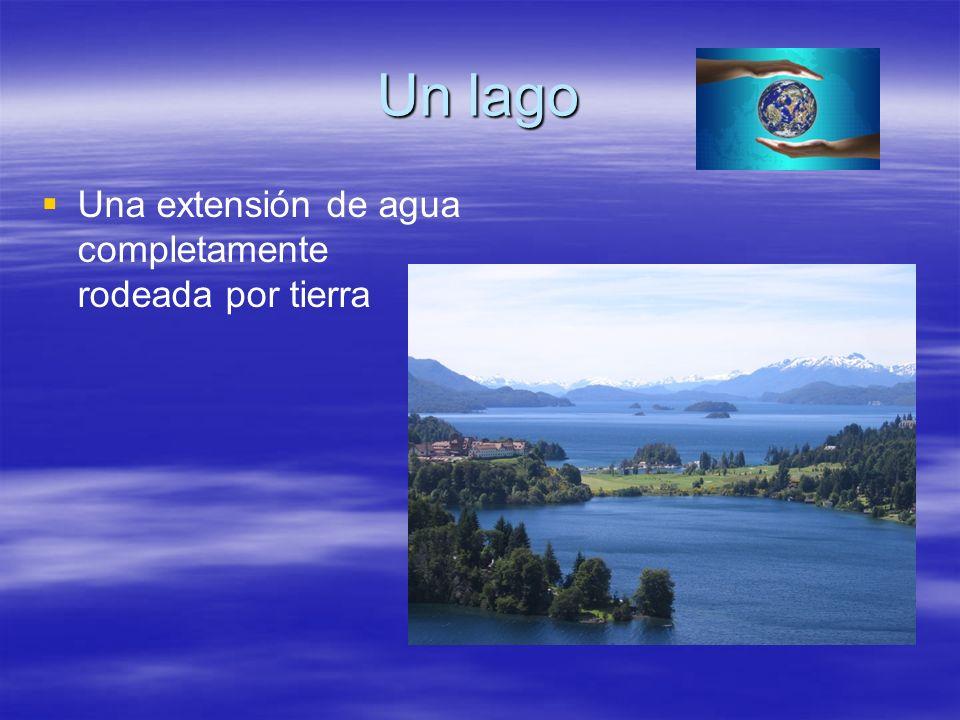 Un lago Una extensión de agua completamente rodeada por tierra