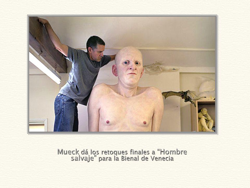 Mueck dá los retoques finales a Hombre salvaje para la Bienal de Venecia