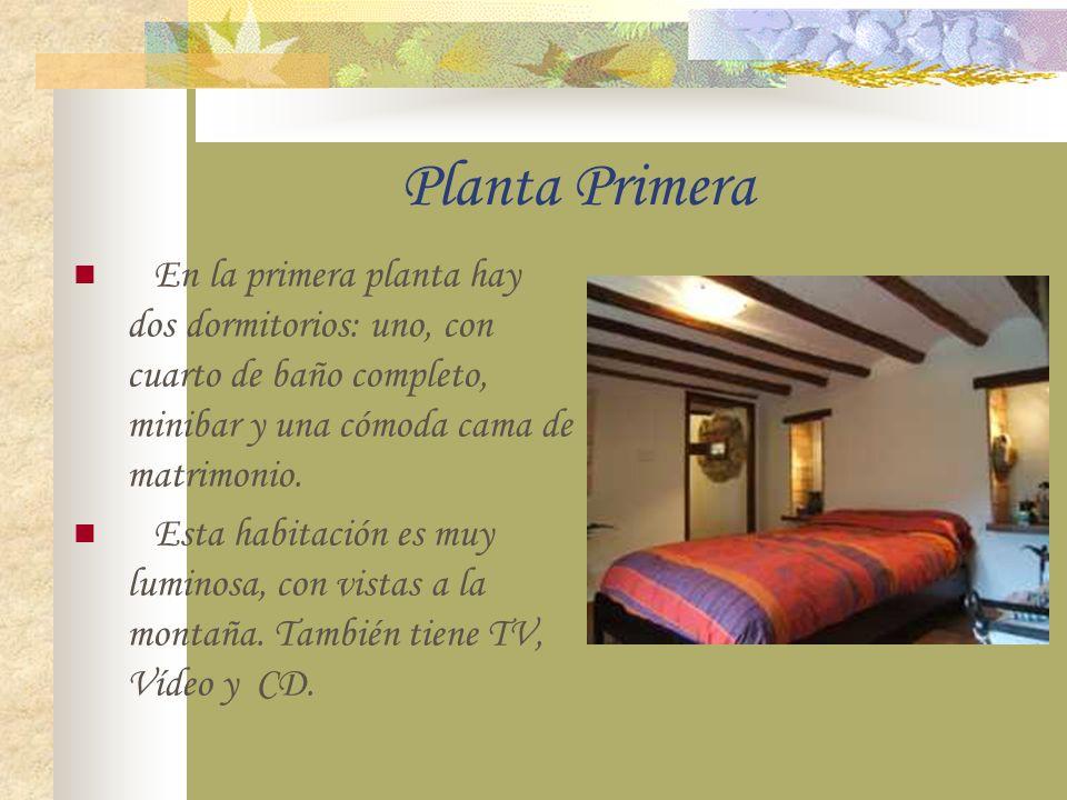 Planta Primera En la primera planta hay dos dormitorios: uno, con cuarto de baño completo, minibar y una cómoda cama de matrimonio.