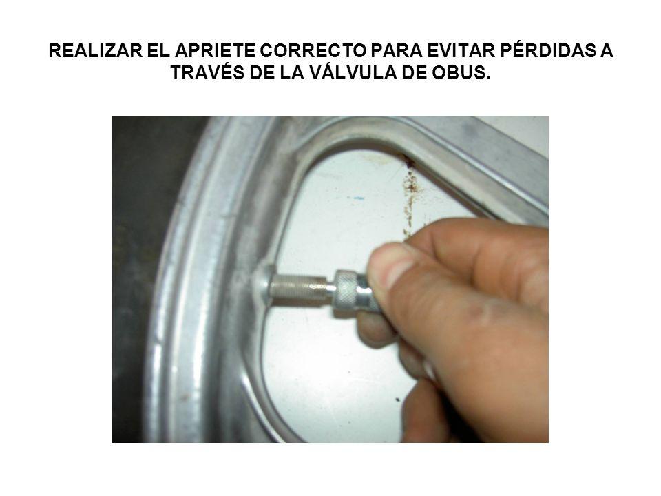 REALIZAR EL APRIETE CORRECTO PARA EVITAR PÉRDIDAS A TRAVÉS DE LA VÁLVULA DE OBUS.