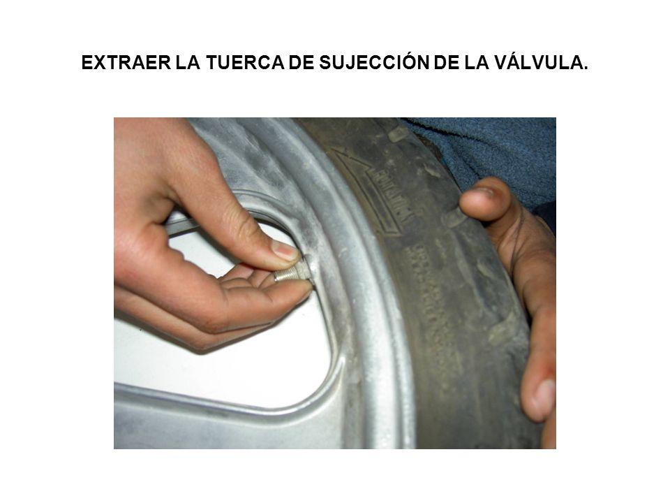 EXTRAER LA TUERCA DE SUJECCIÓN DE LA VÁLVULA.
