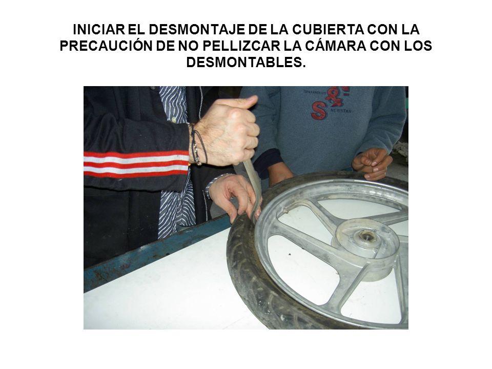 INICIAR EL DESMONTAJE DE LA CUBIERTA CON LA PRECAUCIÓN DE NO PELLIZCAR LA CÁMARA CON LOS DESMONTABLES.
