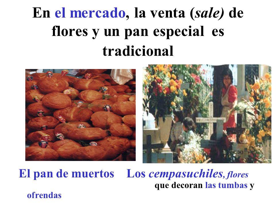 En el mercado, la venta (sale) de flores y un pan especial es tradicional