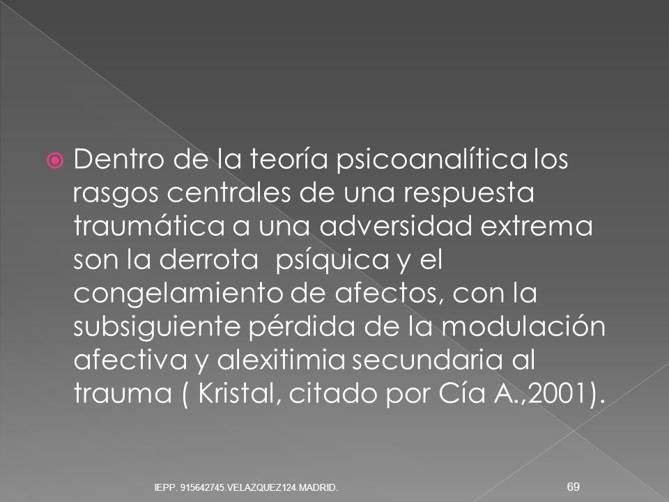 Dentro de la teoría psicoanalítica los rasgos centrales de una respuesta traumática a una adversidad extrema son la derrota psíquica y el congelamiento de afectos, con la subsiguiente pérdida de la modulación afectiva y alexitimia secundaria al trauma ( Kristal, citado por Cía A.,2001).