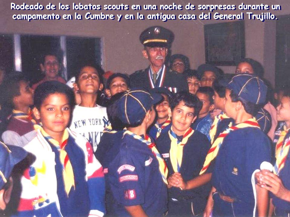 Rodeado de los lobatos scouts en una noche de sorpresas durante un campamento en la Cumbre y en la antigua casa del General Trujillo.