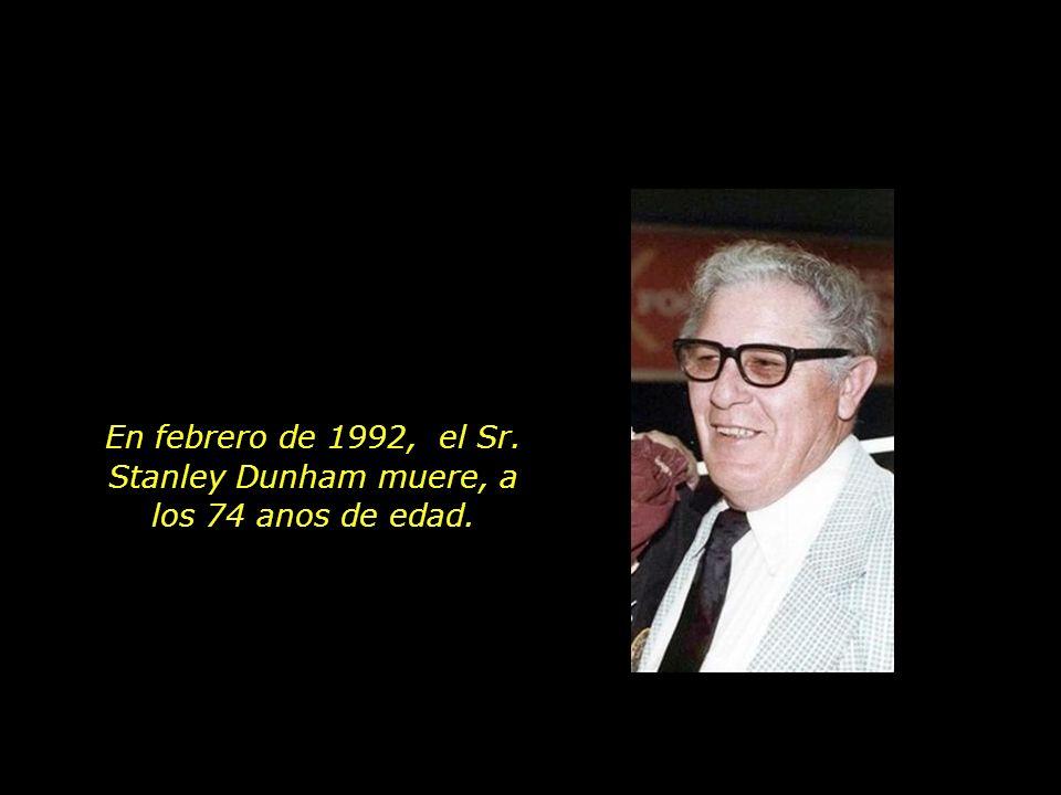 En febrero de 1992, el Sr. Stanley Dunham muere, a los 74 anos de edad.