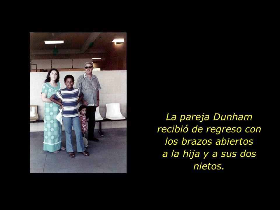 La pareja Dunham recibió de regreso con los brazos abiertos a la hija y a sus dos nietos.