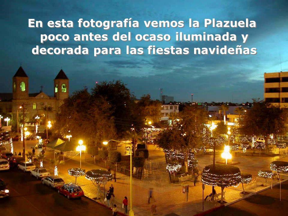 En esta fotografía vemos la Plazuela poco antes del ocaso iluminada y
