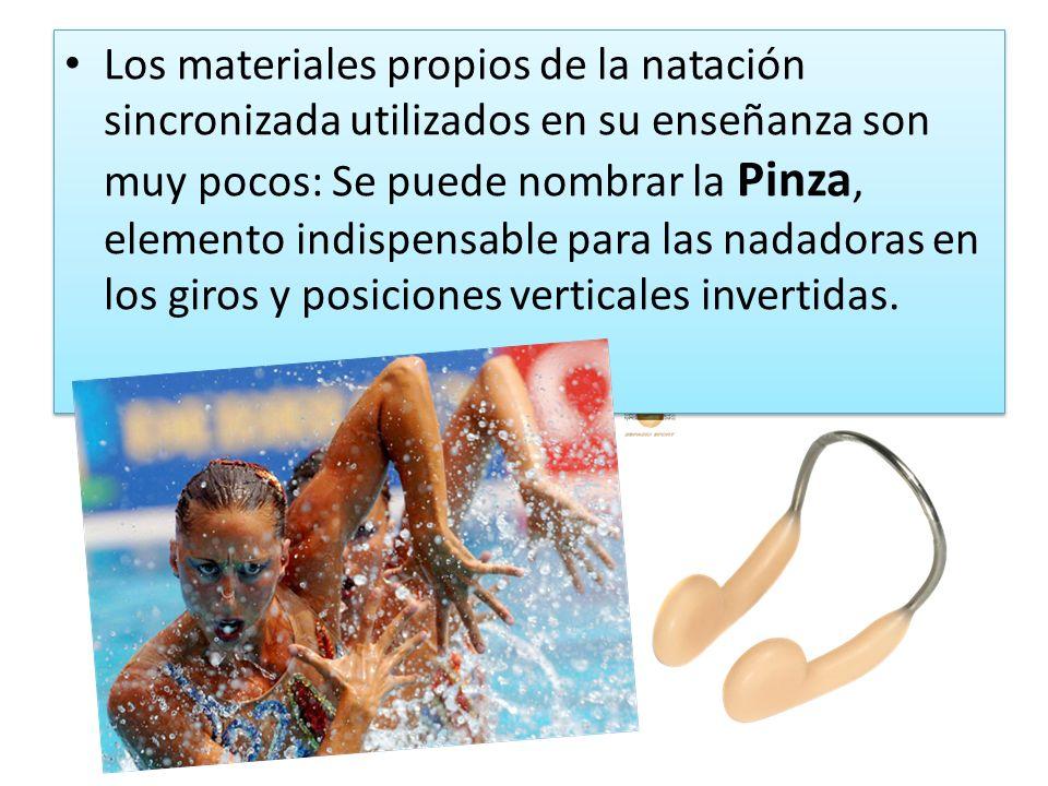 Los materiales propios de la natación sincronizada utilizados en su enseñanza son muy pocos: Se puede nombrar la Pinza, elemento indispensable para las nadadoras en los giros y posiciones verticales invertidas.