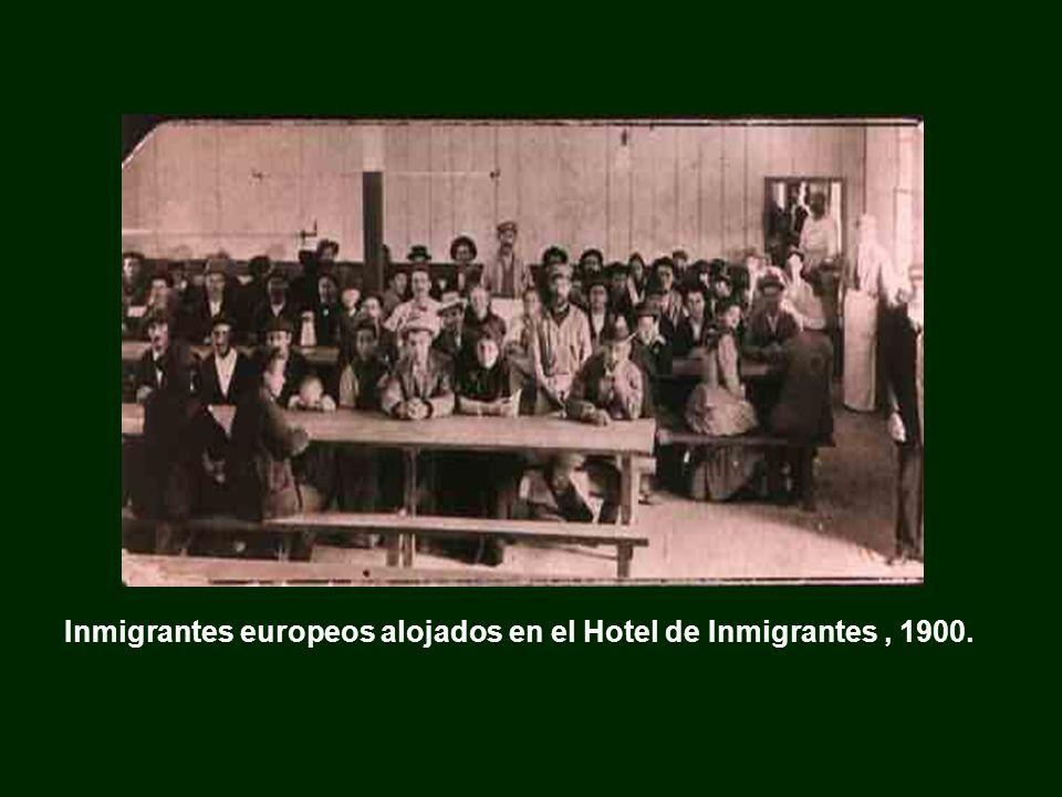 Inmigrantes europeos alojados en el Hotel de Inmigrantes , 1900.