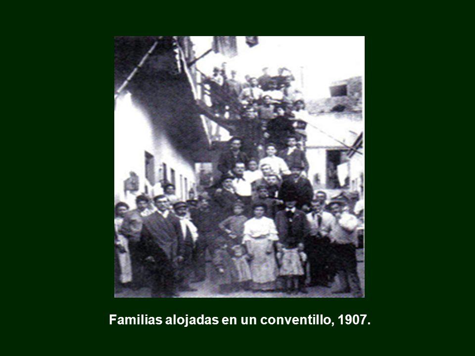 Familias alojadas en un conventillo, 1907.