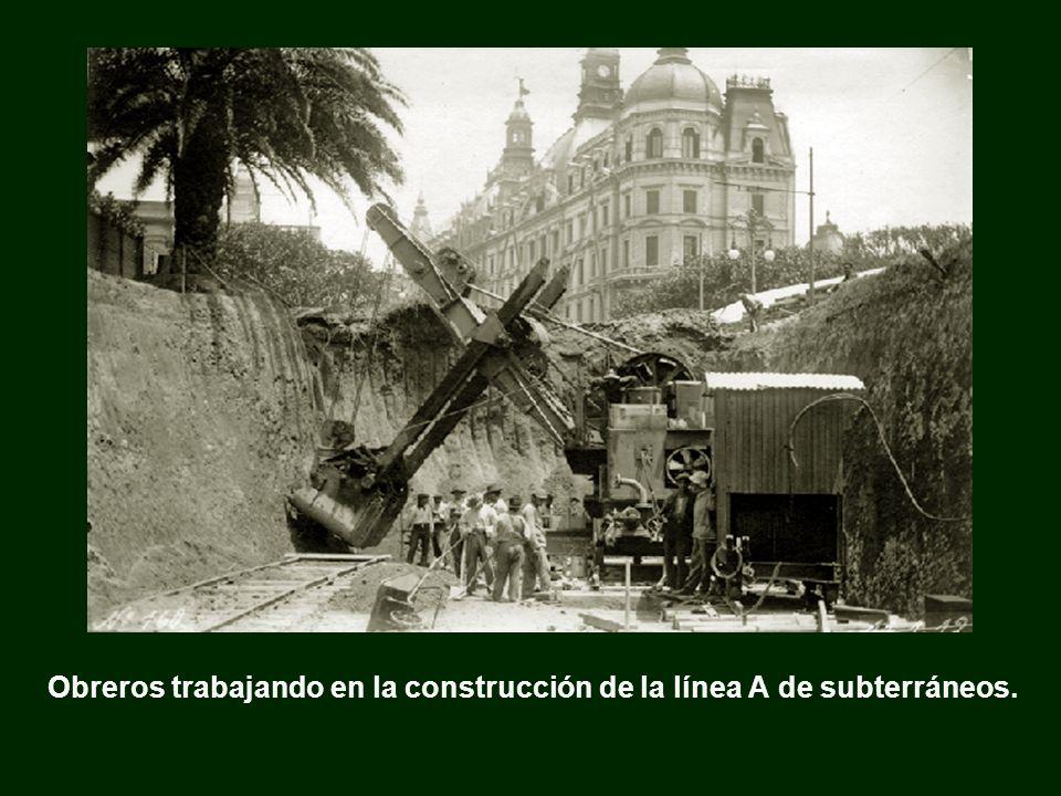 Obreros trabajando en la construcción de la línea A de subterráneos.