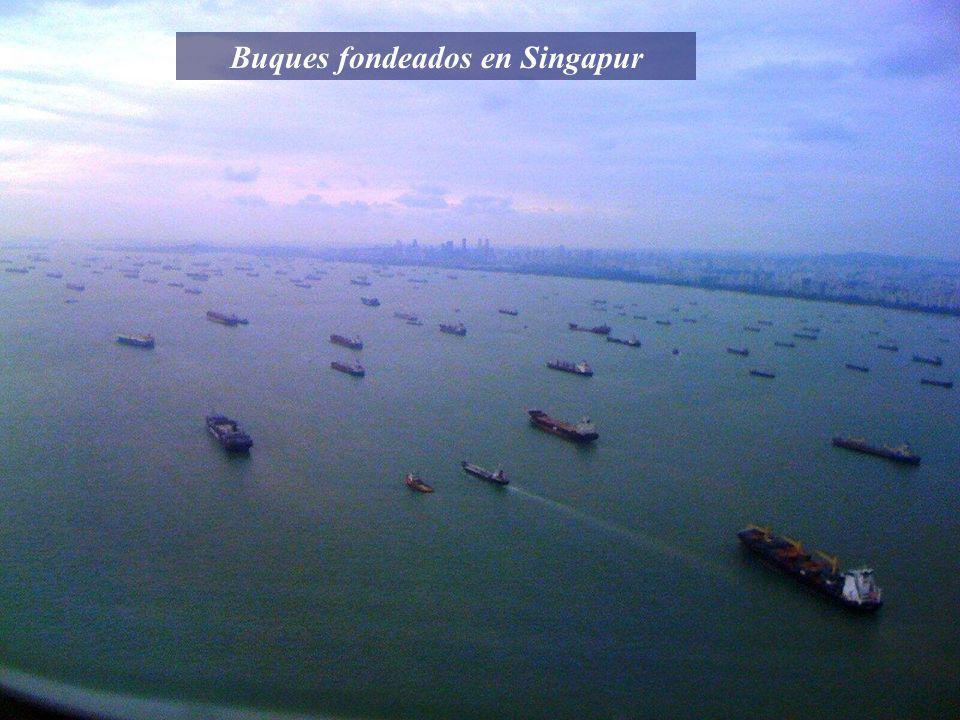 Buques fondeados en Singapur