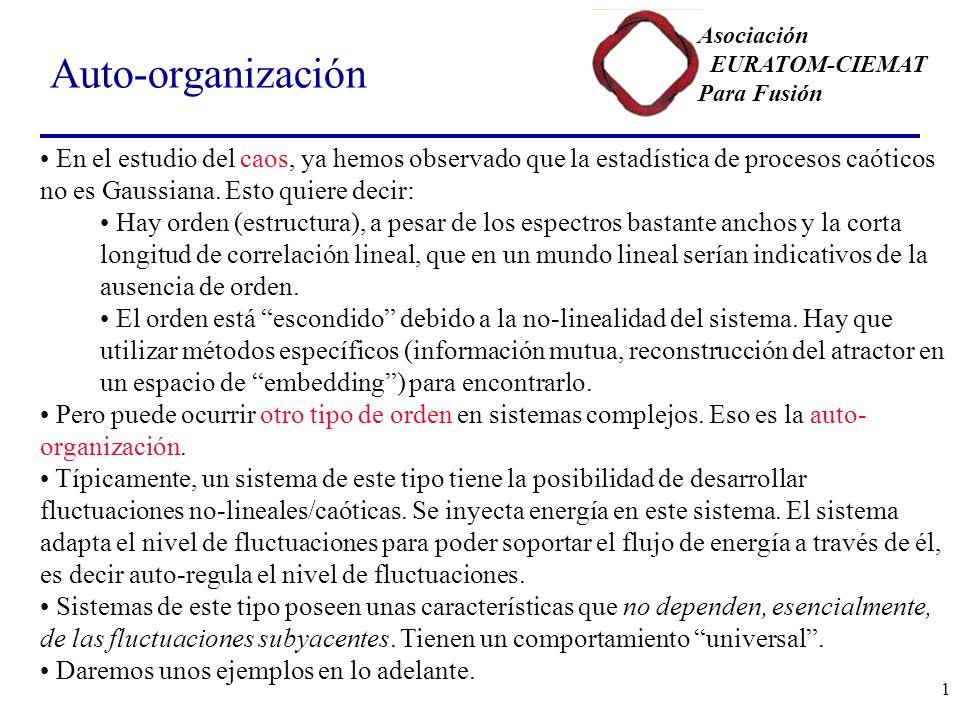 Auto-organización En el estudio del caos, ya hemos observado que la estadística de procesos caóticos no es Gaussiana. Esto quiere decir: