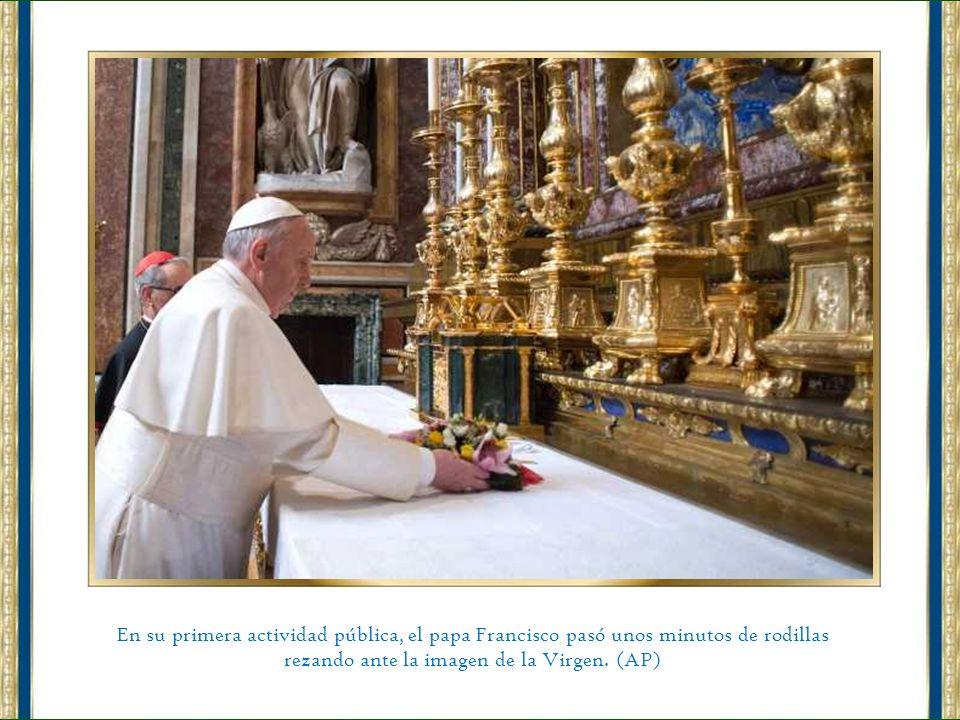 rezando ante la imagen de la Virgen. (AP)