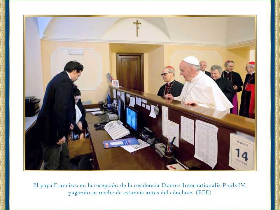 El papa Francisco en la recepción de la residencia Domus Internationalis Pauls IV, pagando su noche de estancia antes del cónclave.