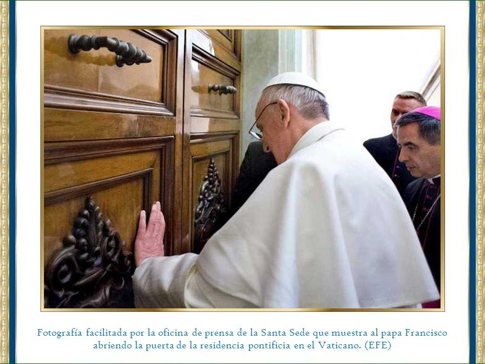 Fotografía facilitada por la oficina de prensa de la Santa Sede que muestra al papa Francisco abriendo la puerta de la residencia pontificia en el Vaticano.