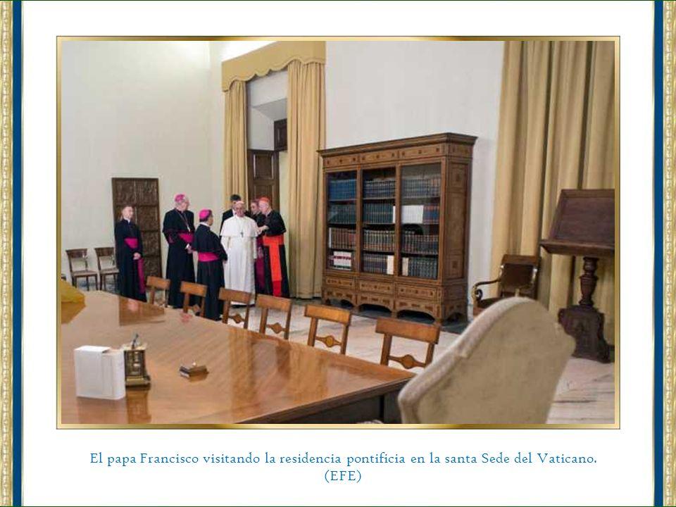 El papa Francisco visitando la residencia pontificia en la santa Sede del Vaticano.
