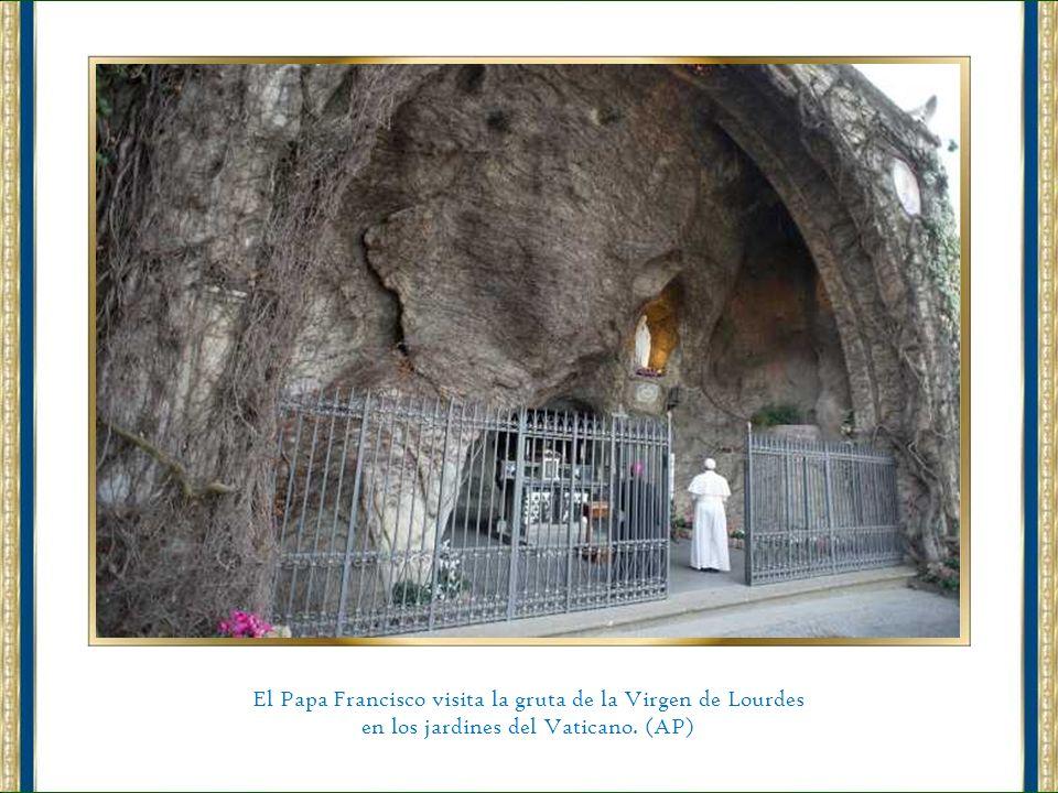 El Papa Francisco visita la gruta de la Virgen de Lourdes