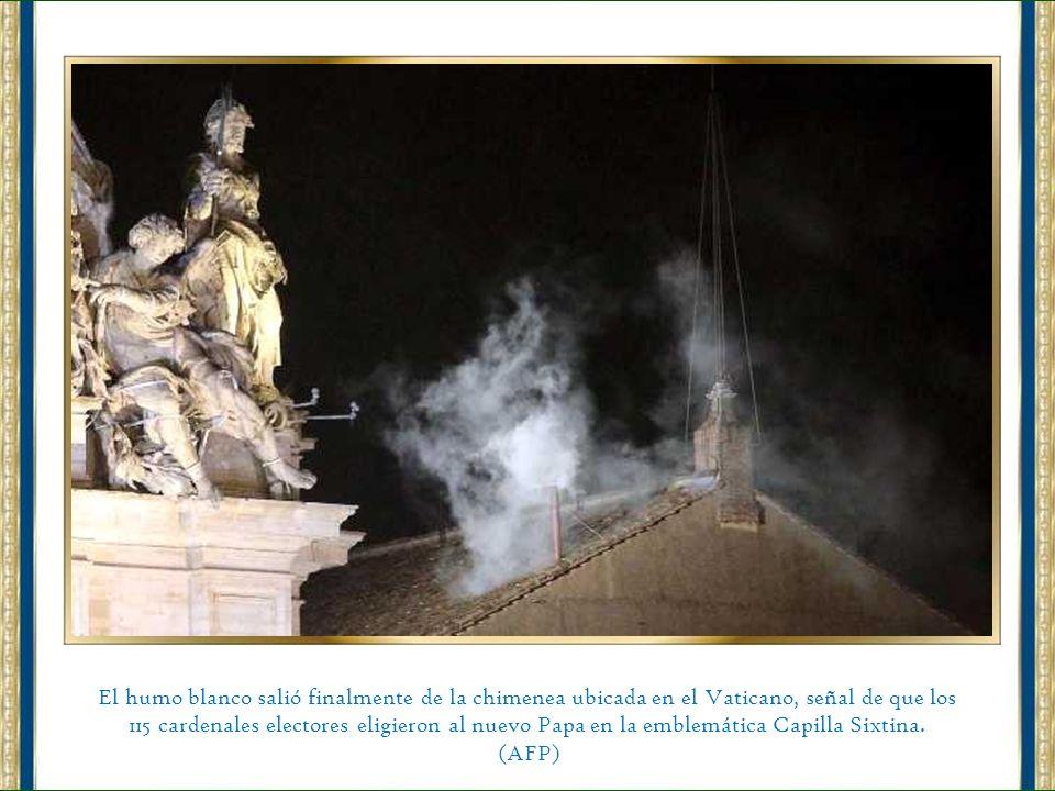 El humo blanco salió finalmente de la chimenea ubicada en el Vaticano, señal de que los 115 cardenales electores eligieron al nuevo Papa en la emblemática Capilla Sixtina.