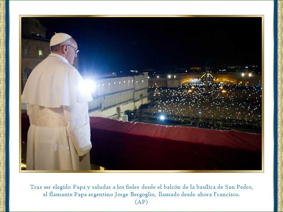 Tras ser elegido Papa y saludar a los fieles desde el balcón de la basílica de San Pedro,