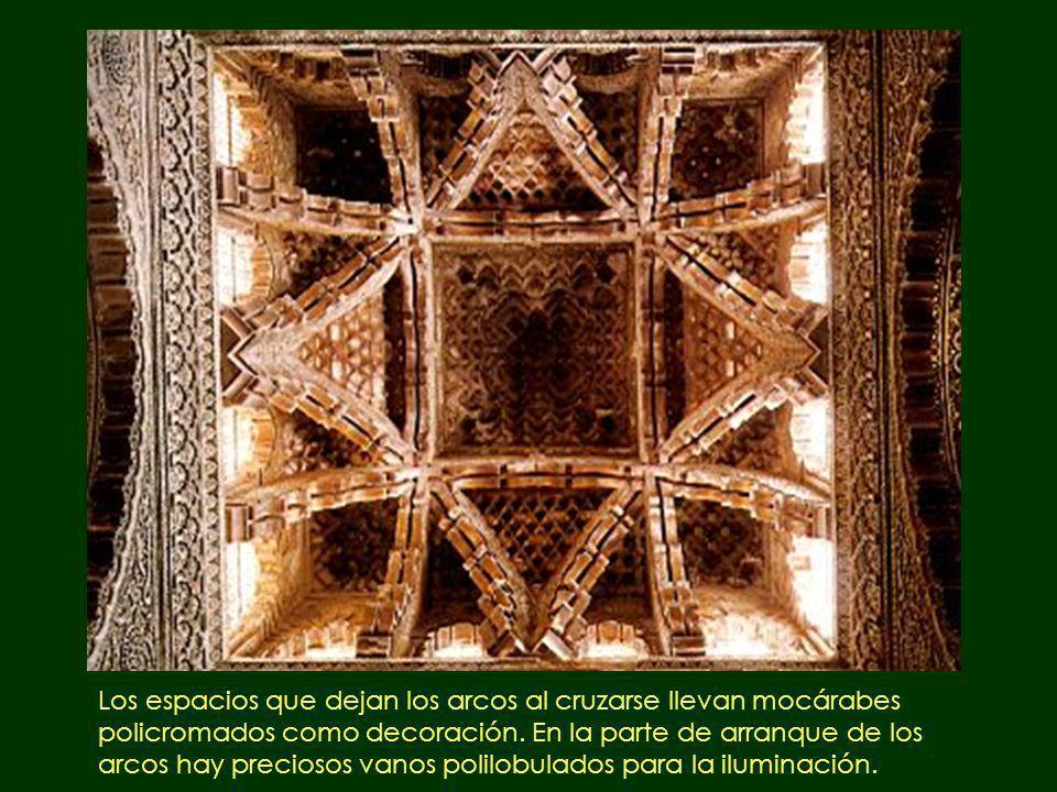 Los espacios que dejan los arcos al cruzarse llevan mocárabes policromados como decoración.