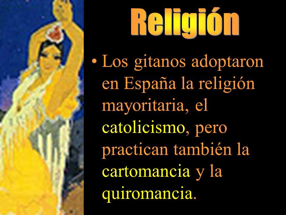 Religión Los gitanos adoptaron en España la religión mayoritaria, el catolicismo, pero practican también la cartomancia y la quiromancia.
