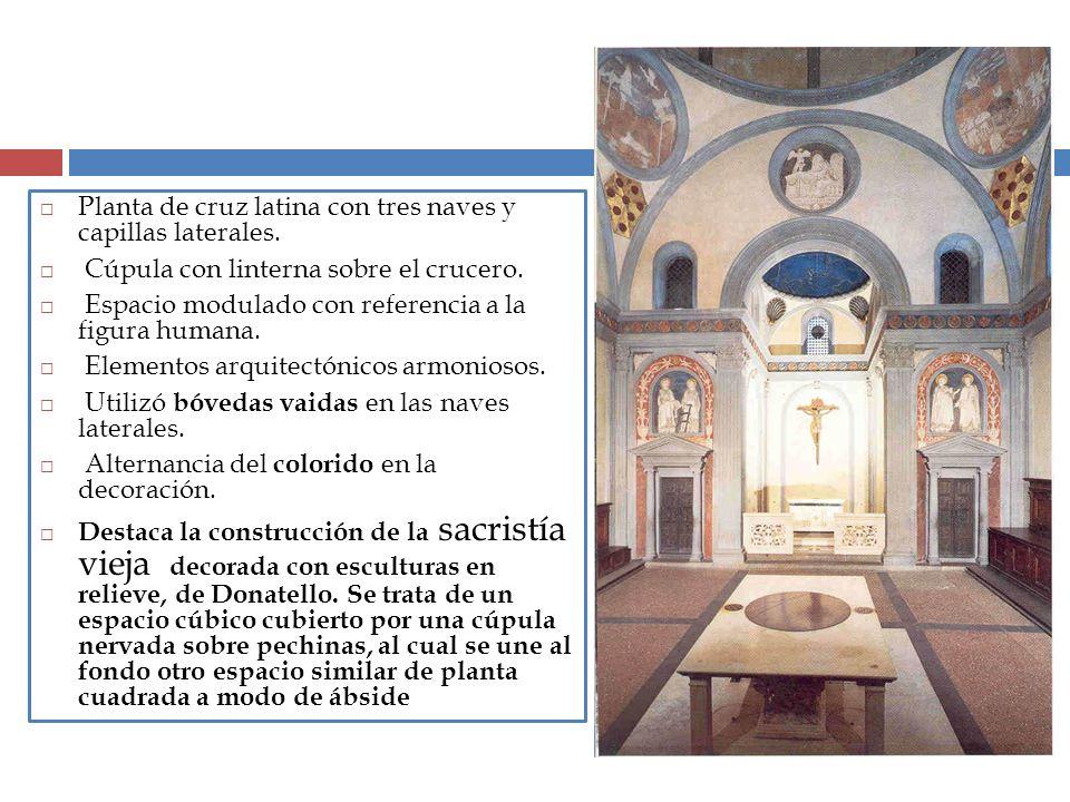 Planta de cruz latina con tres naves y capillas laterales.