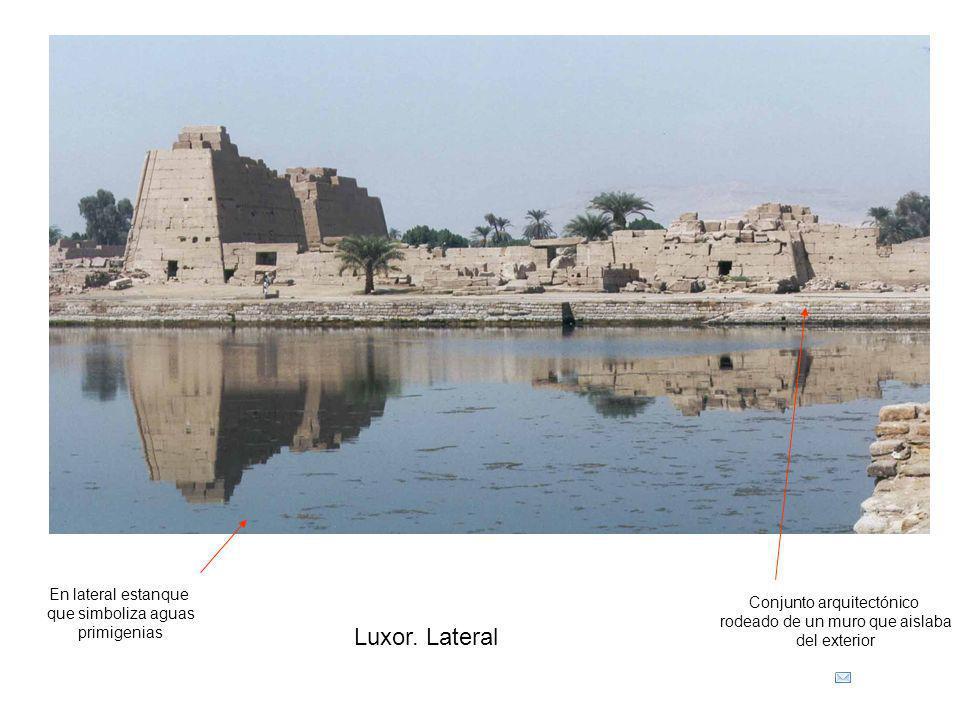 Luxor. Lateral En lateral estanque que simboliza aguas