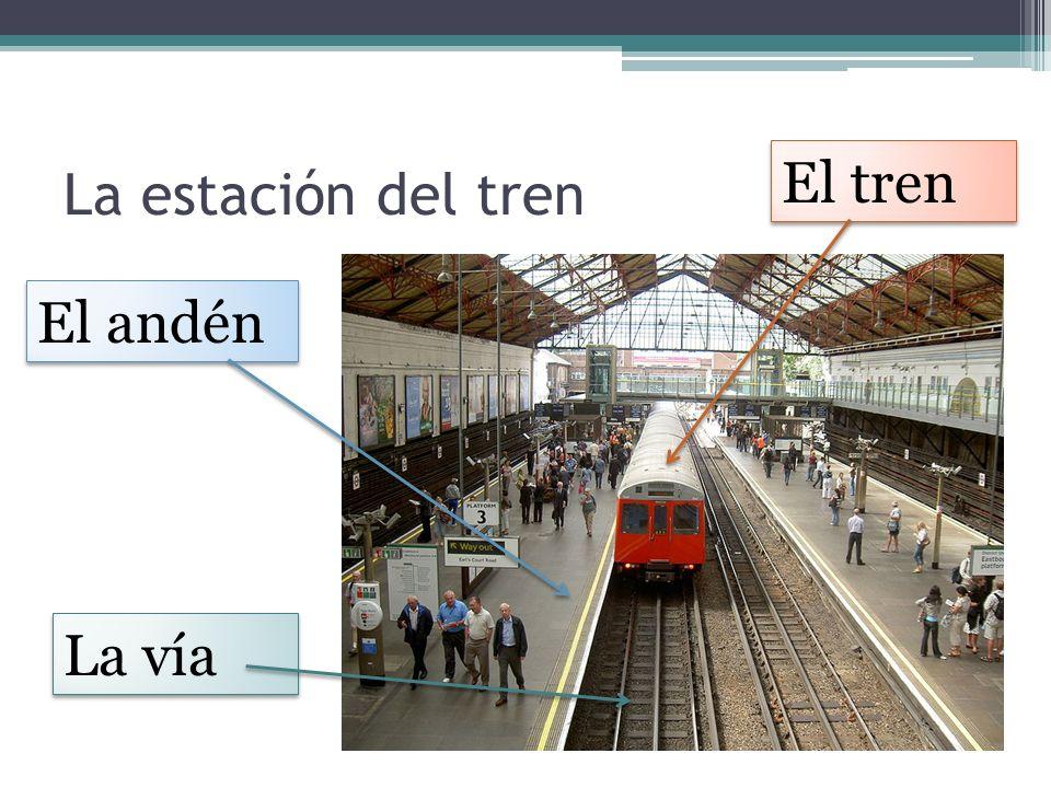 La estación del tren El tren El andén La vía