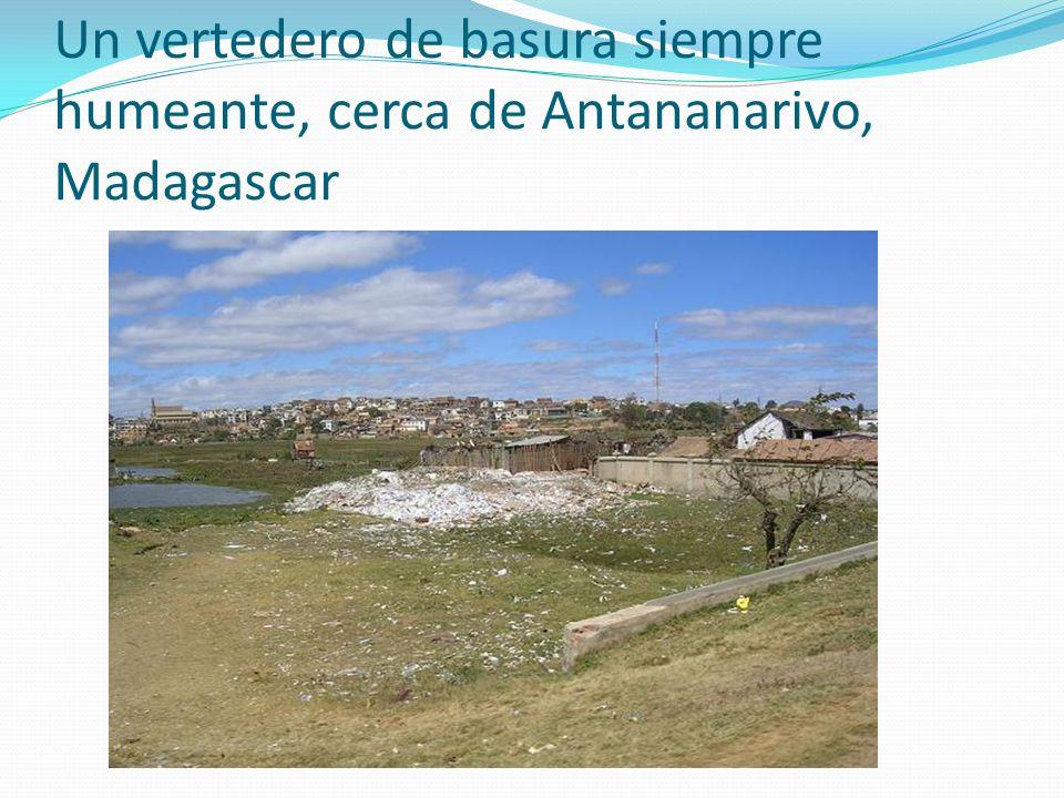 Un vertedero de basura siempre humeante, cerca de Antananarivo, Madagascar