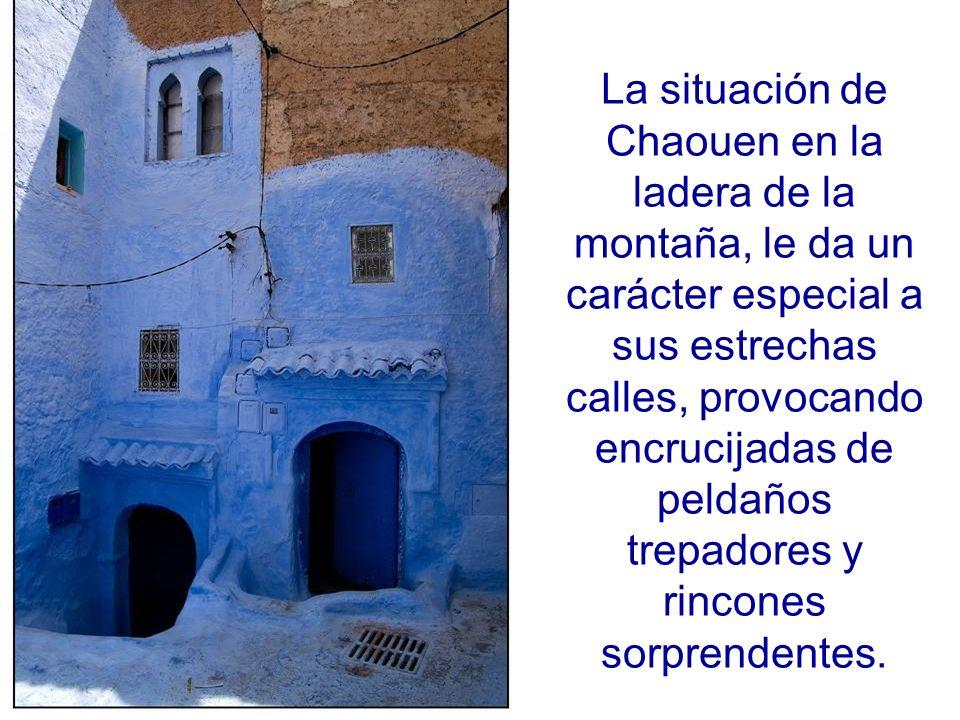 La situación de Chaouen en la ladera de la montaña, le da un carácter especial a sus estrechas calles, provocando encrucijadas de peldaños trepadores y rincones sorprendentes.
