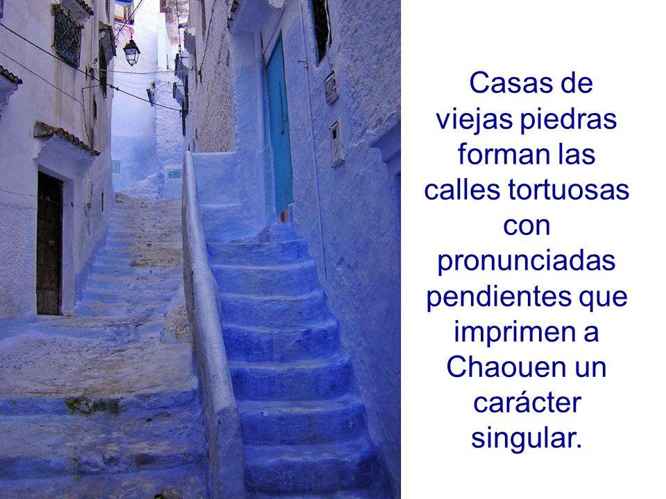 Casas de viejas piedras forman las calles tortuosas con pronunciadas pendientes que imprimen a Chaouen un carácter singular.