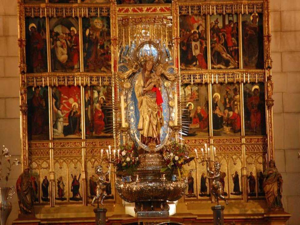 Después de nueve días de constantes plegarias, un cubo de la muralla se resquebrajó dejando al descubierto la imagen de la Virgen y dos cirios que la habían alumbrado durante los 373 años que había permanecido escondida.