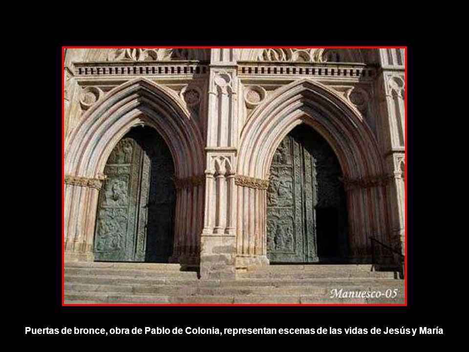 Puertas de bronce, obra de Pablo de Colonia, representan escenas de las vidas de Jesús y María