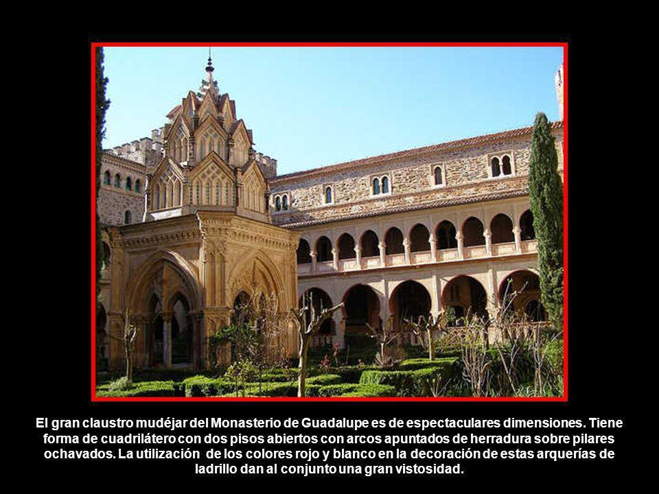 El gran claustro mudéjar del Monasterio de Guadalupe es de espectaculares dimensiones.