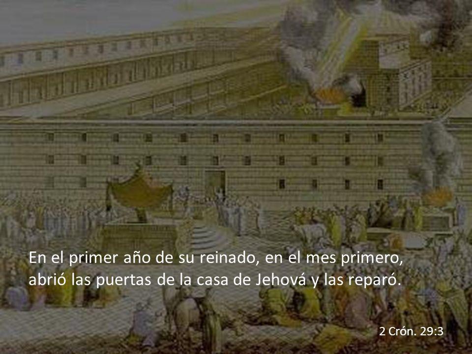 En el primer año de su reinado, en el mes primero, abrió las puertas de la casa de Jehová y las reparó.