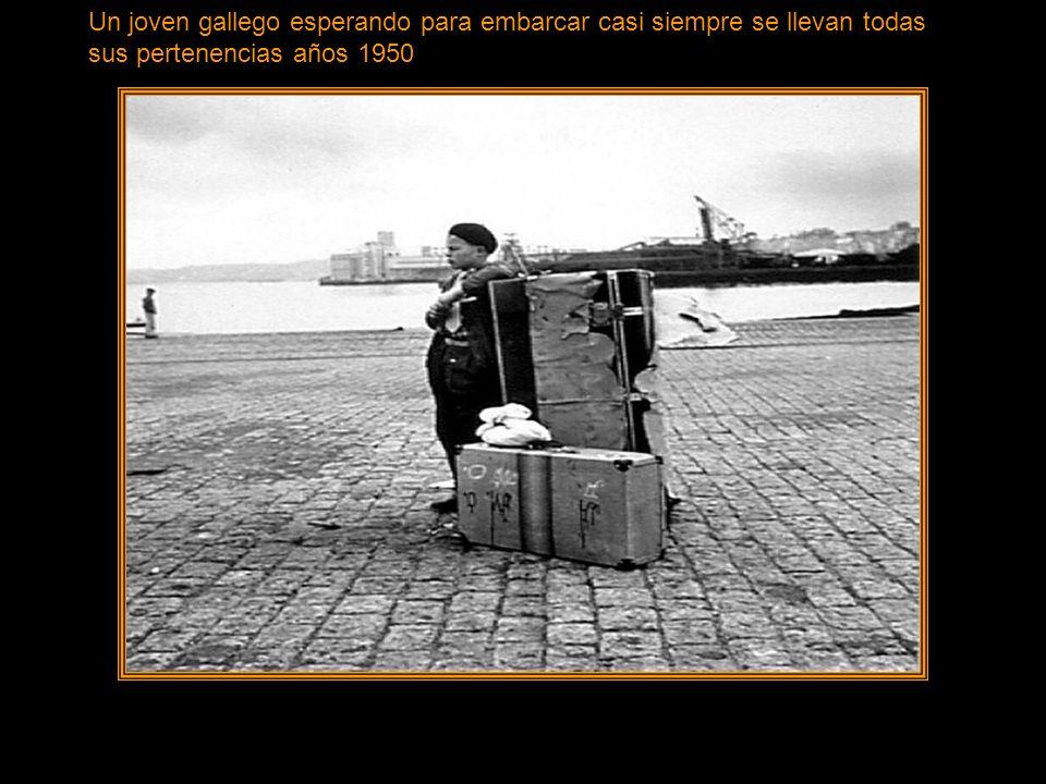 Un joven gallego esperando para embarcar casi siempre se llevan todas sus pertenencias años 1950