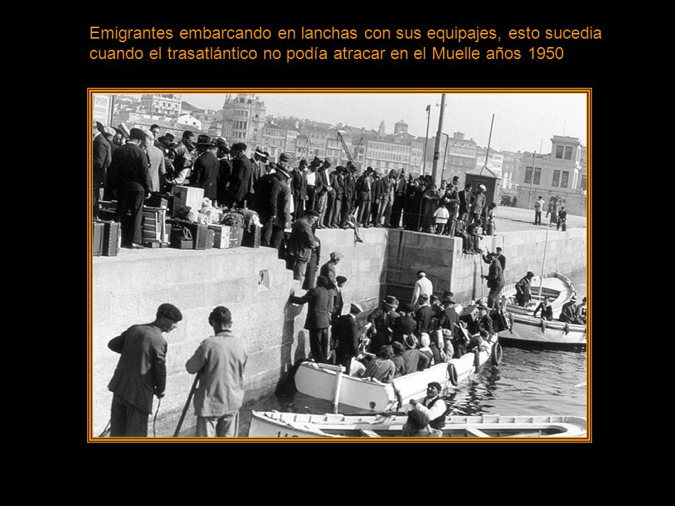 Emigrantes embarcando en lanchas con sus equipajes, esto sucedia cuando el trasatlántico no podía atracar en el Muelle años 1950