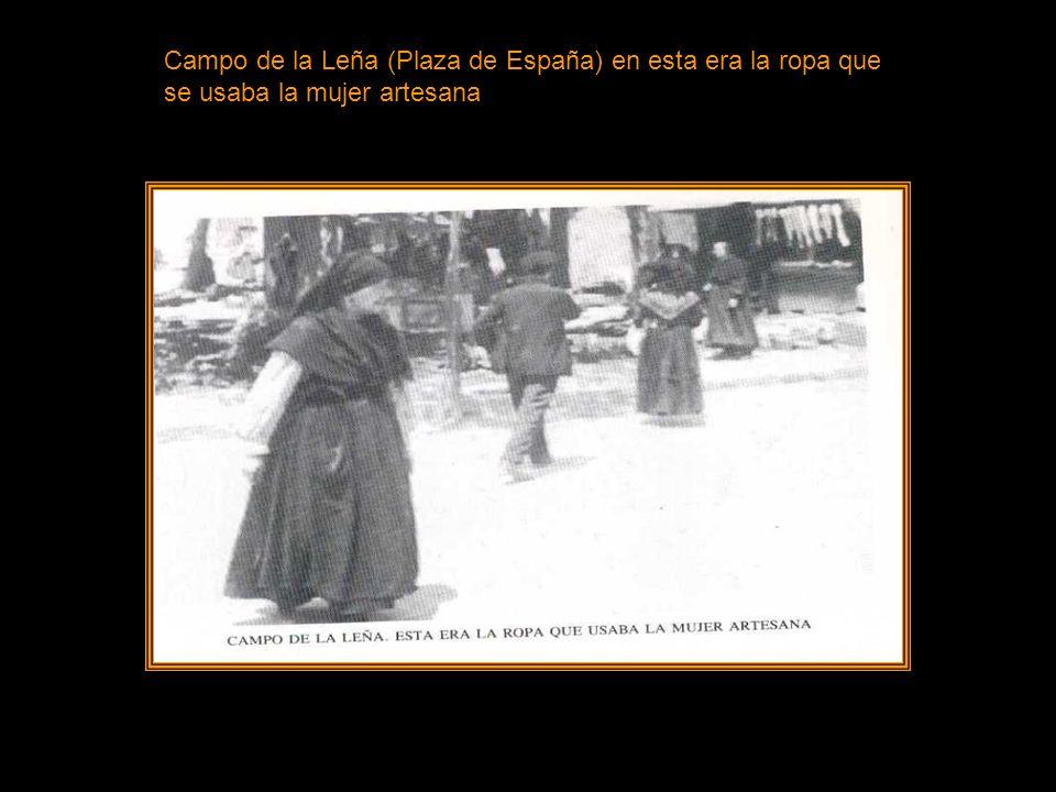 Campo de la Leña (Plaza de España) en esta era la ropa que se usaba la mujer artesana
