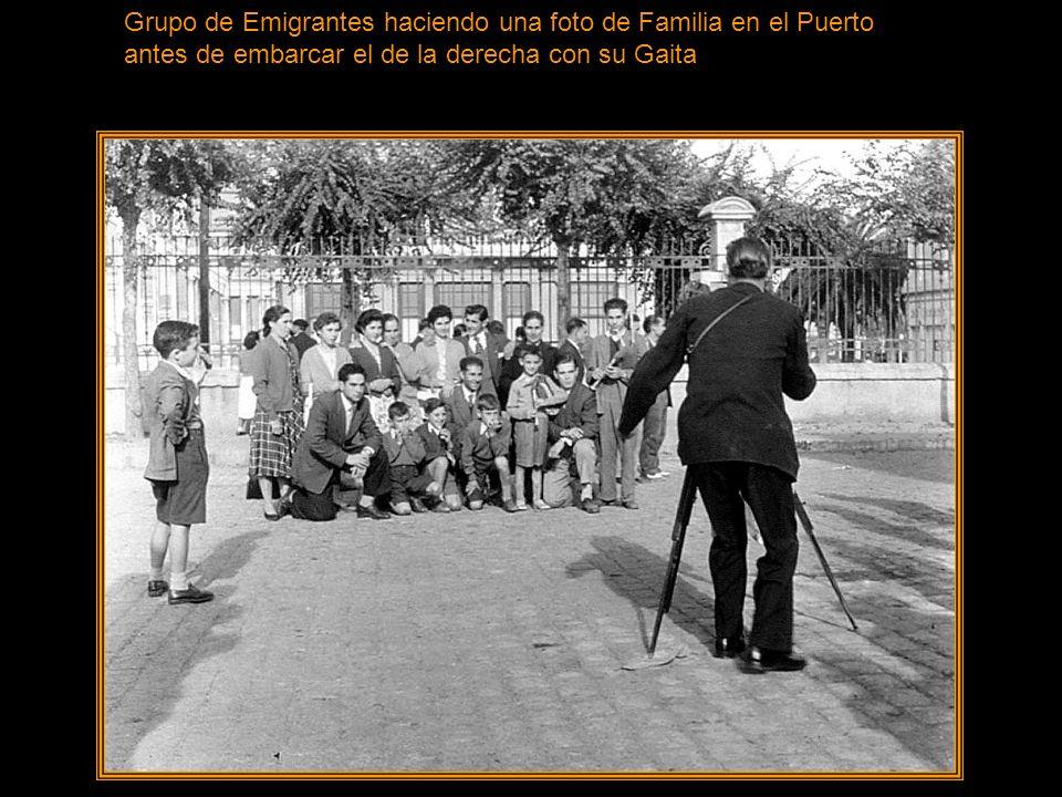 Grupo de Emigrantes haciendo una foto de Familia en el Puerto antes de embarcar el de la derecha con su Gaita
