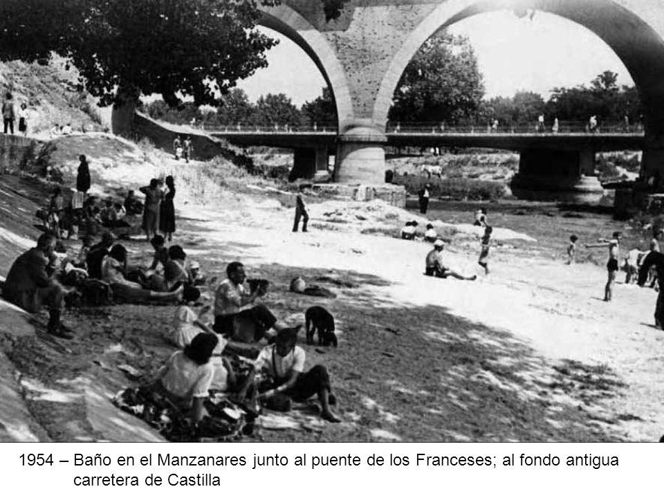 1954 – Baño en el Manzanares junto al puente de los Franceses; al fondo antigua