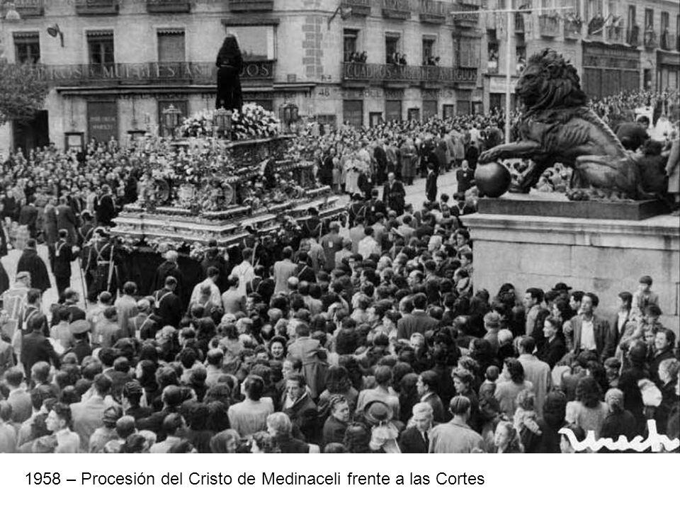 1958 – Procesión del Cristo de Medinaceli frente a las Cortes