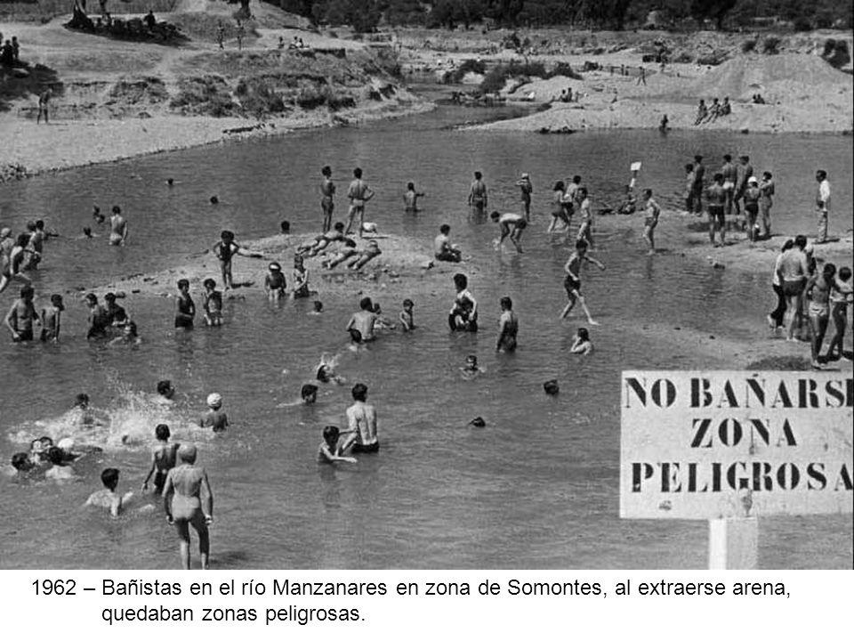 1962 – Bañistas en el río Manzanares en zona de Somontes, al extraerse arena,