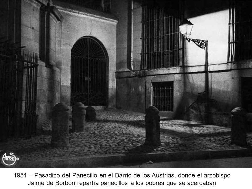 Jaime de Borbón repartía panecillos a los pobres que se acercaban
