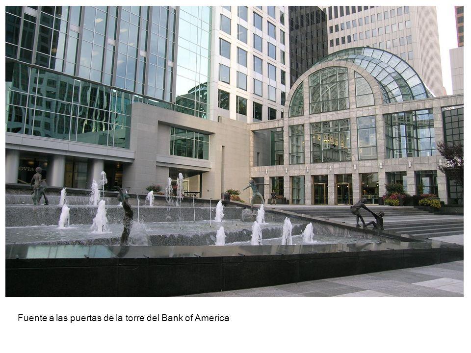 Fuente a las puertas de la torre del Bank of America