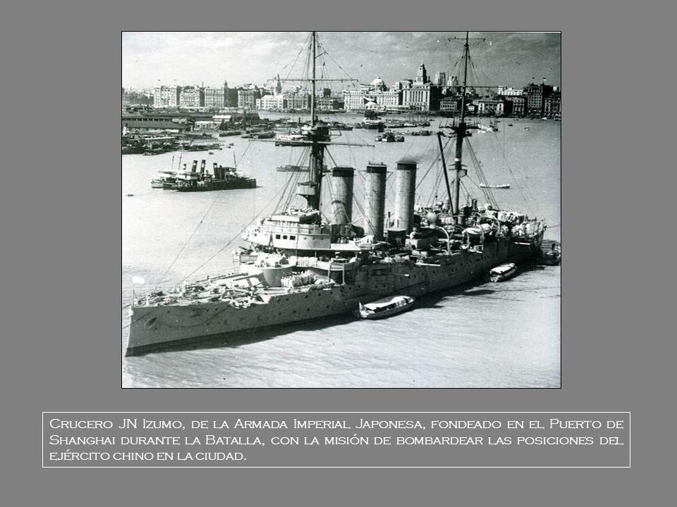 Crucero JN Izumo, de la Armada Imperial Japonesa, fondeado en el Puerto de Shanghai durante la Batalla, con la misión de bombardear las posiciones del ejército chino en la ciudad.